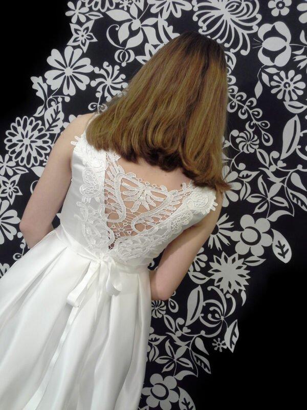 Smuk konfirmationskjole med åben blonderyg SOFIE.