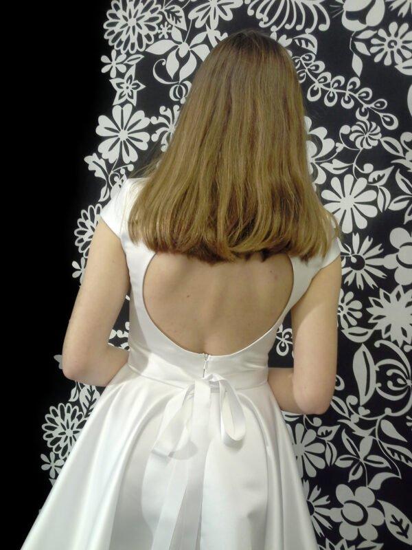 Smuk konfirmationskjole med åben ryg og slæb KIA.