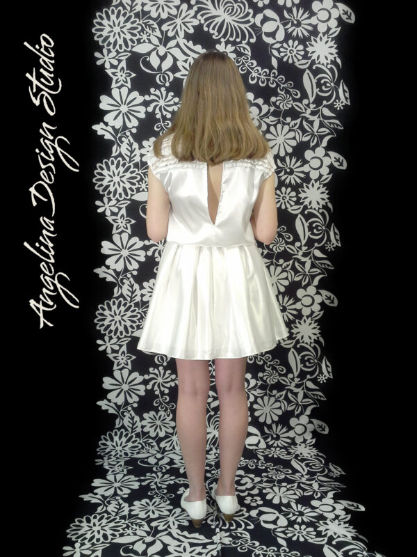 Konfi kjole med flotte blonder OLIVIA. Med korte ærmer